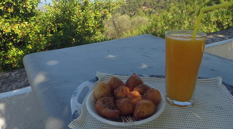 Kurze Rast mit Honigteigbällchen und Orangensaft