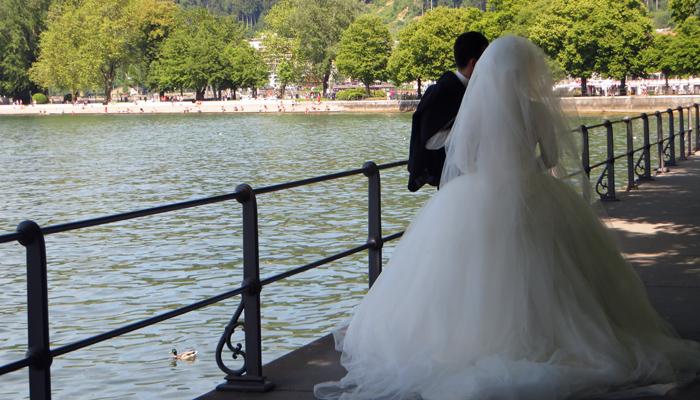 Leute schauen an der Bregenzer Seepromenade