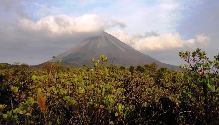 Ein Blick nach rechts und schon bleibt der Blick am costaricanischen Vulkan El Arenal hängen - das Arenal Backpackers Resort in Costa Rica.