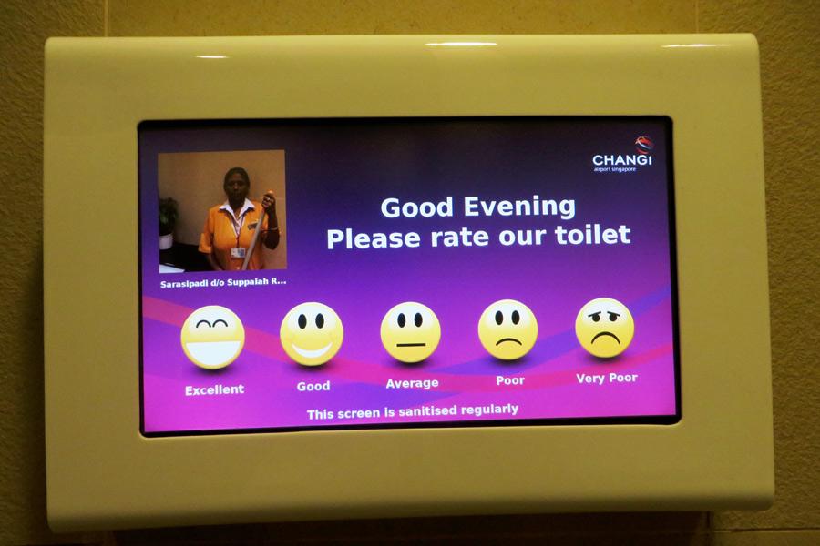 Bewergung im Flughafen Singapur mit Smileys