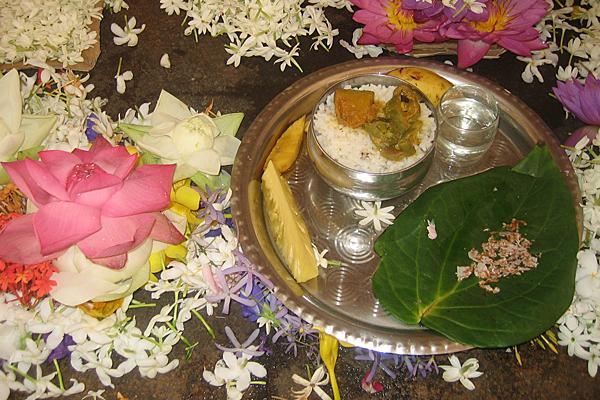 Vor dem Tempel werden Jasminblüten und Wasserlilien verkauft, die die Gläubigen vor die Altare legen.