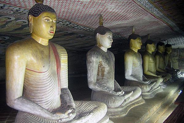Sitzende Buddhafiguren in Dambulla, Sri Lanka