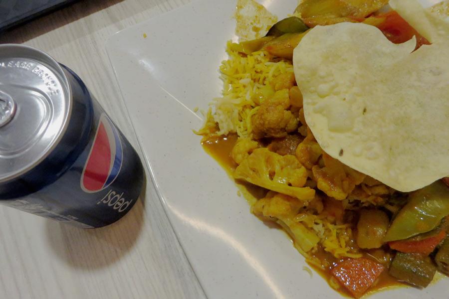 Indisches Essen am Foodcourt im Flughafen Singapur