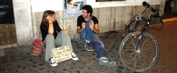 """Sobald Francesca ihren Platz in Trastevere eingenommen hat, erzählen ihr Fremde ihre Geschichten. """"Jede Geschichte ist besonders und soll nicht vergessen werden"""", so Francesca."""