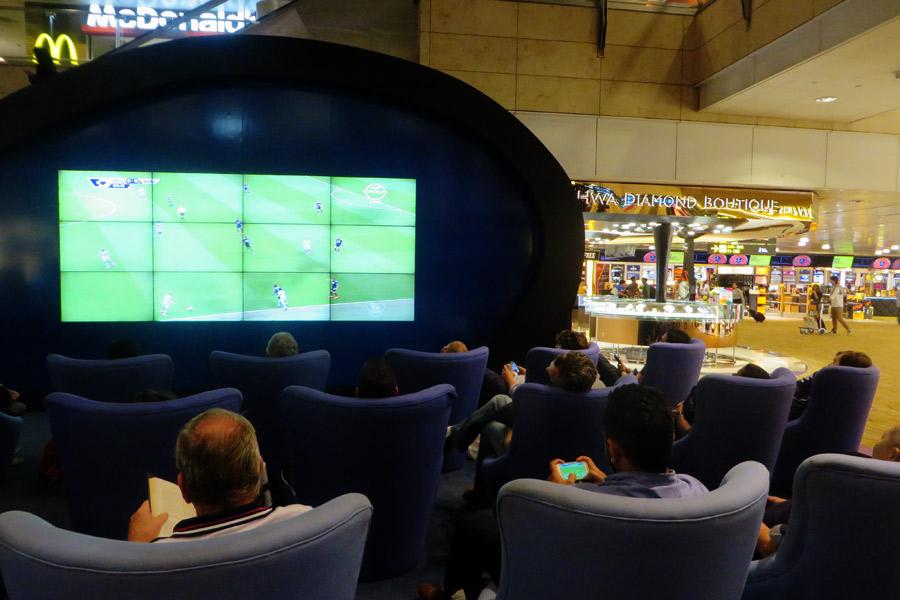 Fußball-Screen am Flughafen Singapur