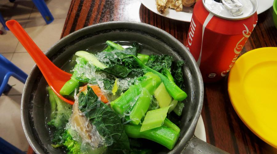 Suppe in einer Garküche in Hongkong