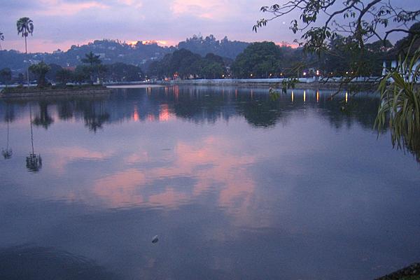 Abendstimmung am Lake Kandy, wo auch der berühmte Zahntempel steht, in dem Buddhas Eckzahn aufbewahrt werden soll.