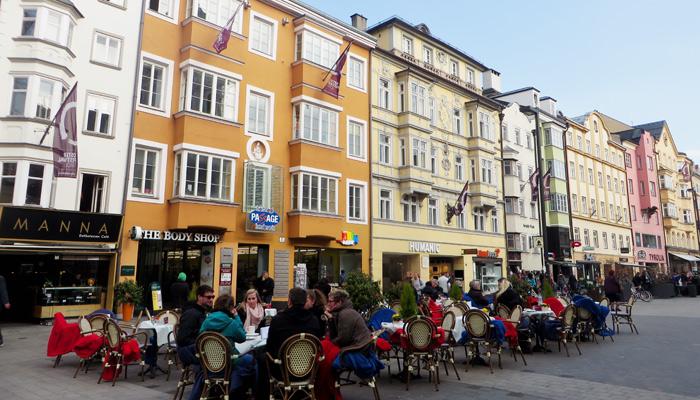 Open Air Cafes in der Innsbrucker Maria-Theresien-Straße