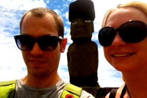 """Alexandra und ihr Freund Sebastian in der gleißenden Sonne vor einem Moai. """"Ein unvergessliches Erlebnis!"""""""