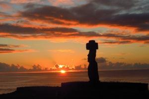 Vom Akapu Hostel hat man einen sicheren Blick auf den Sonnenuntergang. Weit und breit nichts - außer ein Moai.