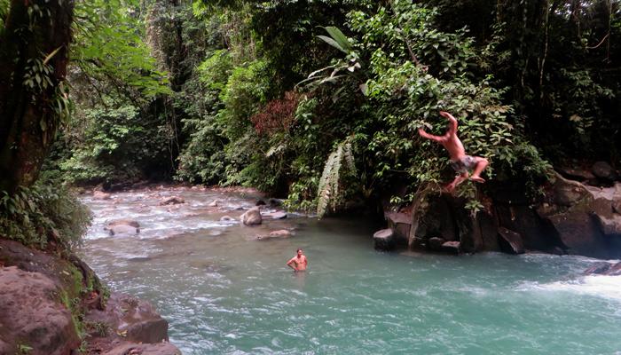 Baden im Wasserfall in Costa Rica