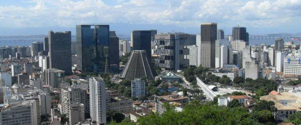 Mit 11,9 Millionen Einwohnern ist Rio die zweitgrößte Stadt Brasiliens. Irrtümlicherweise wird sie oft als Hauptstadt Brasiliens geglaubt, diese ist jedoch Brasilia.