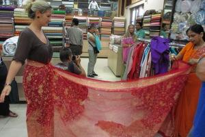 kofferpacken.at-Autorin Daniela Nowak testet das Sari-Wickeln am eigenen Leib.