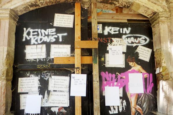 Protest der alternativen Szene am Hintereingang des Bauhaus-Museums