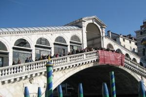 Die Rialto Brücke ist zu jeder Jahreszeit ein beliebter Fotopunkt. Von romantisch kann hier auch meistens in der Nebensaison keine Rede sein.
