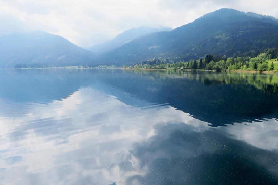 Wolken spiegeln sich am Weissensee in Kärnten.