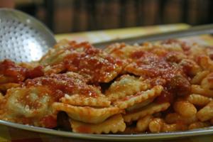 Selbst gekocht und in riesigen Mengen serviert: Abendessen im Agriturismo Gulunie, ebenfalls auf Sardinien.