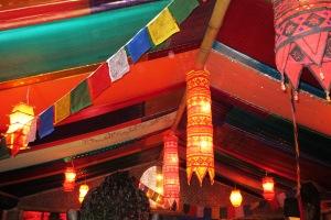 """In farbenfrohen Tüchern, Vorhängen und Decken diniert es sich gleich """"asiatischer""""."""