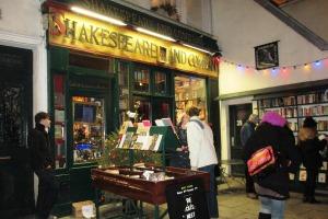In der Rue de la Bucherie unweit der Cathédrale Notre Dame ist das Schmökern leicht gemacht. Der urige Laden ist auch für Lese-Muffel einen Besuch wert.