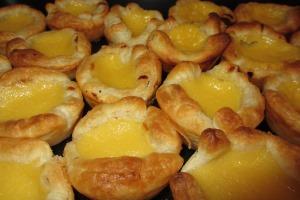 Die fertigen Pasteis de Nata kommen etwas blasser aus dem Ofen, als in Portugal. Nachhelfen kann man jedoch gerne!