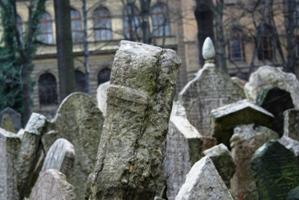 12.000 Grabsteine reihen sich am Jüdischen Friedhof in Prag eng aneinander.