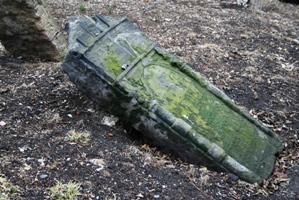 Beinahe vom Erdboden verschluckt - Grabsteine sinken in den Erdboden.