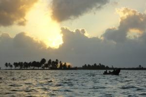 Nach dem Gewitter tauchen die scheuen Sonnenstrahlen die einsamen Inseln in kitschiges Licht.