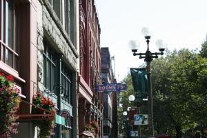 Am Pioneer Square erinnert nur mehr das Schild des alten Hotels, bei dem man im 19. Jahrhundert ein Zimmer für 75 Cent mieten konnte. Die restliche Vergangenheit ruht im Untergeschoß.