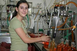 Auch die Tochter hilft im Kumquat-Unternehmen mit.