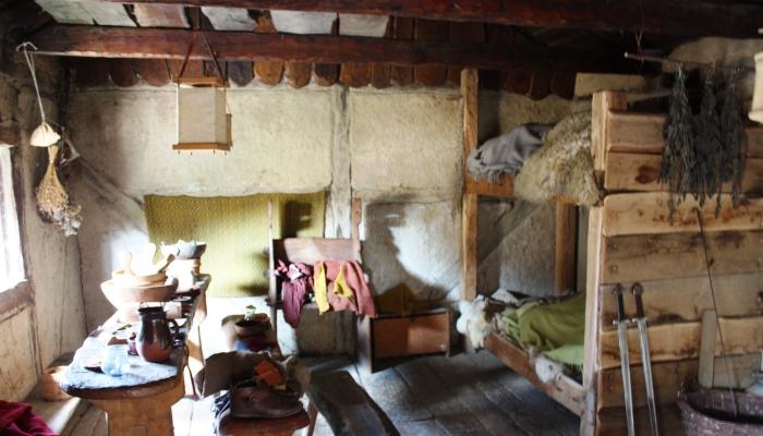 """Die Touristen sind womöglich überrascht, aber auch tagsüber findet man schlafende """"Wikinger"""" in den Häusern."""