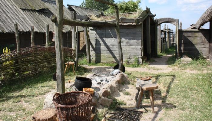 Im Wikingerdorf im südschwedischen Höllviken kann man auf Zeit leben und im Wikingerdorf eine Rolle übernehmen.