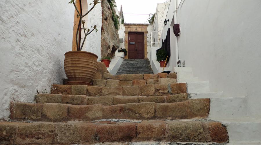 Weiß getünchte Häuser in Lindos, Rhodos.