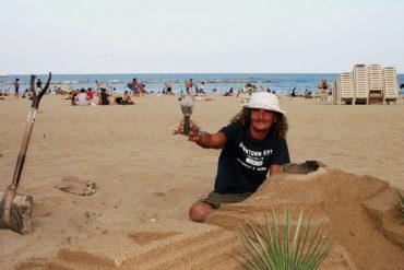 Sandburgenbauer Erik in Barcelona