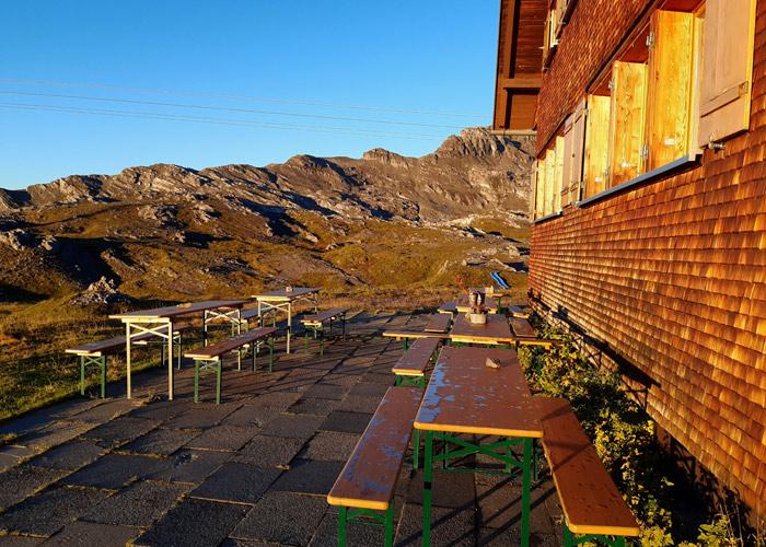Sonnenterrasse auf der Göppinger Hütte