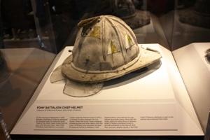 Der Helm vom FDNY Batalion Chief im Einsatz am 11. September 2001.