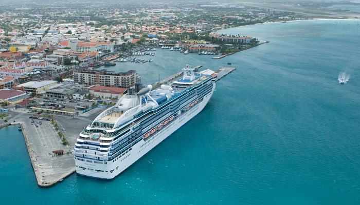 Kreuzfahrtschiff im Hafen von Aruba