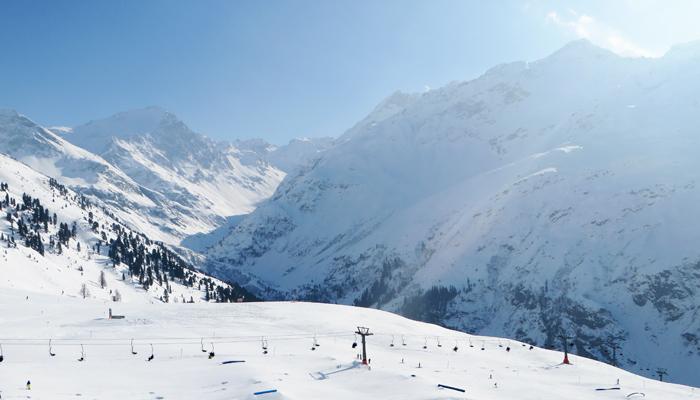 Sonne und Schnee beim Schifahren am Arlberg