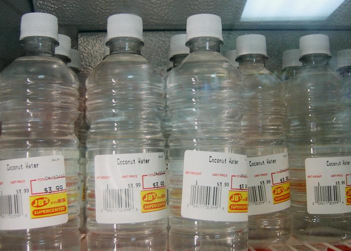 Kokoswasser im Supermarkt auf Barbados