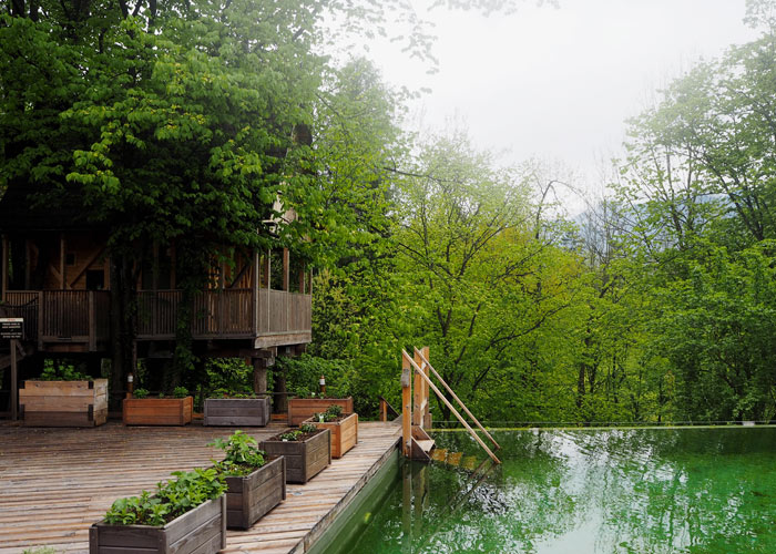Im Garden Village Bled wird der Pool mit Algen gereinigt.