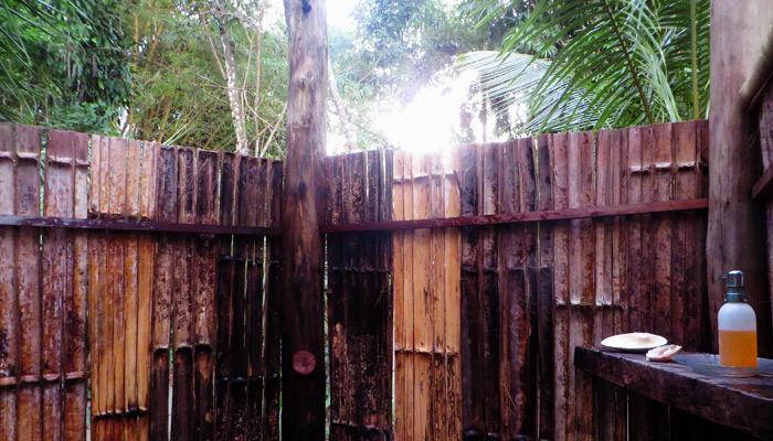 Dusche aus Bambus im Ojo del Mar in Costa Rica