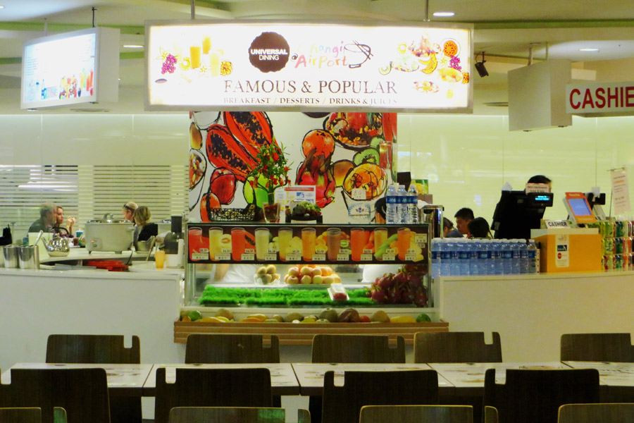 Foodcourt im Flughafen Singapur