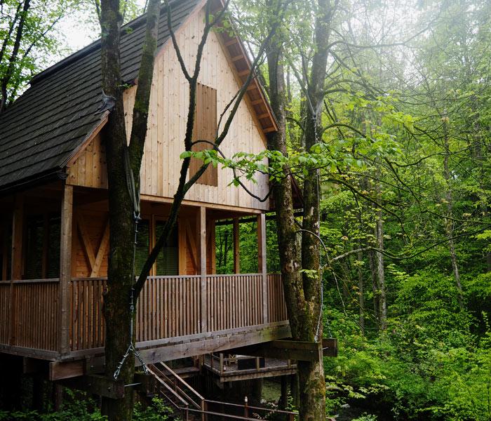Holz-Baumhaus im Glamping-Dorf Garden Village Bled in Slowenien