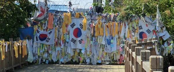 Flaggen an der Grenze zwischen Nordkorea und Südkorea