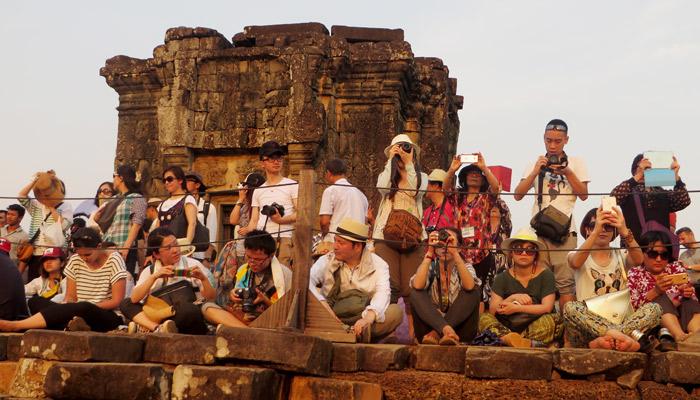 Touristen beim Sonnenuntergang im Angkor Areal