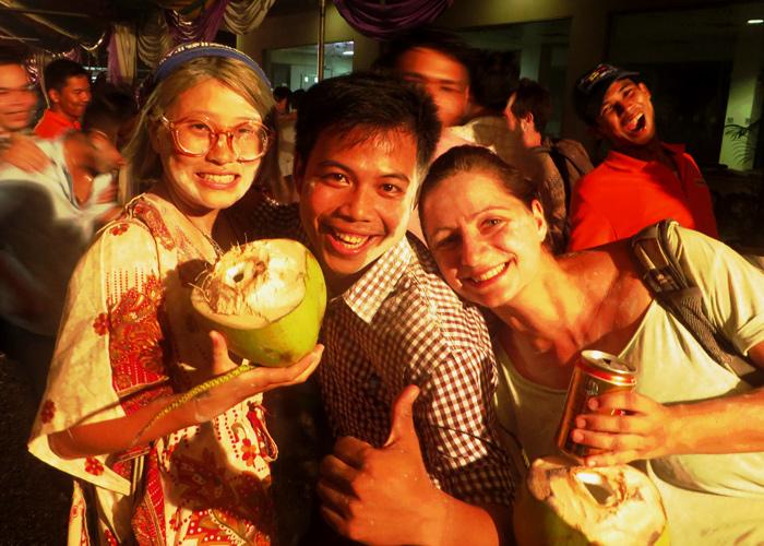 Neujahrsfest in Kambodscha mit Babypuder im Gesicht