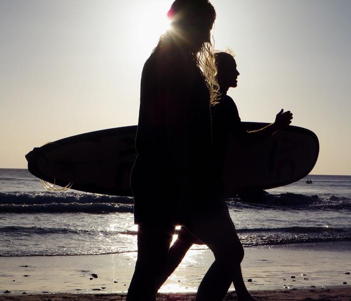 Surfer an einem Strand in Nicaragua