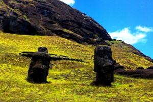 Am Fuße des Vulkans Rano Raraku kann man die Figuren aus der Nähe betrachten - berühren ist jedoch nicht gerne gesehen.