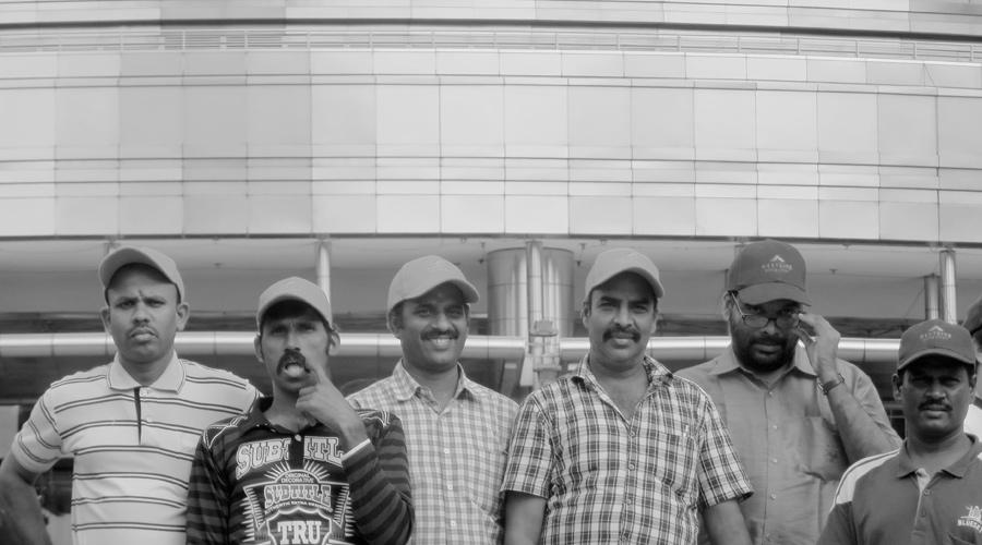 Indisches Gruppenfoto vor den Petronas Towers in Kuala Lumpur