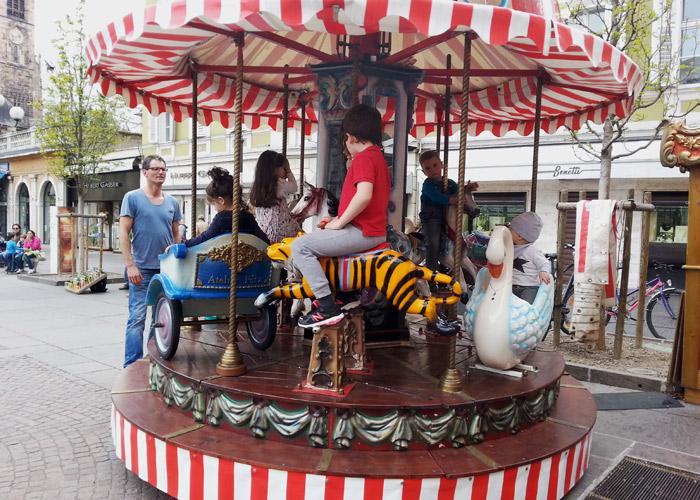Ringelspiel am Waltherplatz in Bozen, Italien