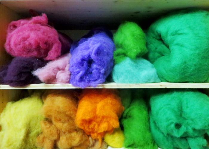 Gefärbte Schafwolle im Wollstadel